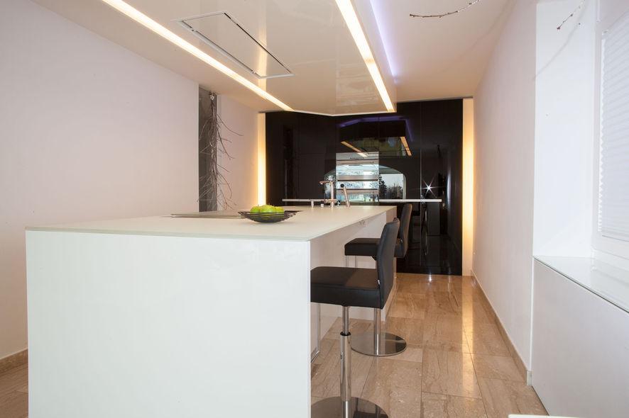 moderne kochinsel mit indirekter beleuchtung ammann ag. Black Bedroom Furniture Sets. Home Design Ideas