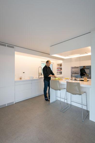 die vielen schr nke sorgen f r ordnung in der neuen k che. Black Bedroom Furniture Sets. Home Design Ideas
