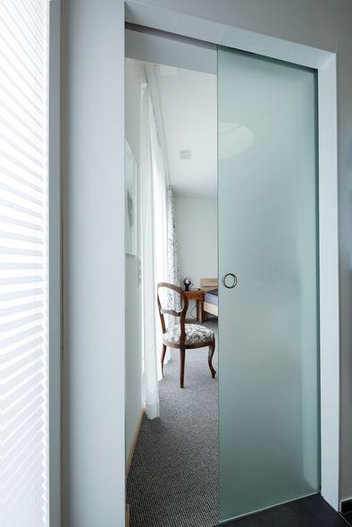 Eichenholz, Glasschiebetür und Balkonschrank bei Überbauung ...